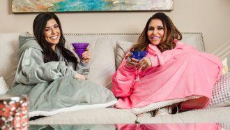 twee vrouwen op de bank met the comfy aan, grijs en roze