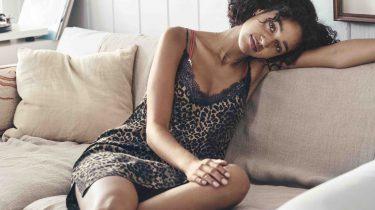 Meisje op bank in luipaard pyjama, H&M love stories samenwerking