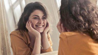 vrouw die in spiegel kijkt, vrijgezel beter