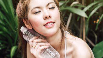 Zweten stoppen met afkoelend flesje water