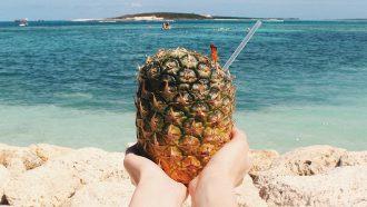 strandtenten noord-holland, ananas, strand, handen, rietje