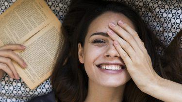 meisje op bed met boek, werkweek korter productiever