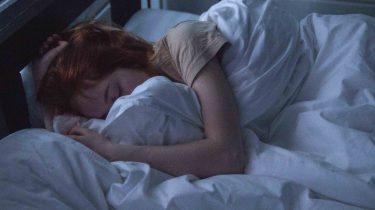 slapend meisje in bed, betekenis beauty nachtmerries