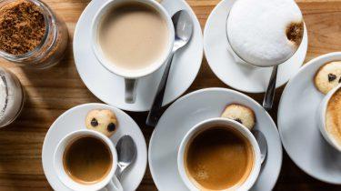 kopjes met verschillende soorten koffie, koffie niet slecht onderzoek
