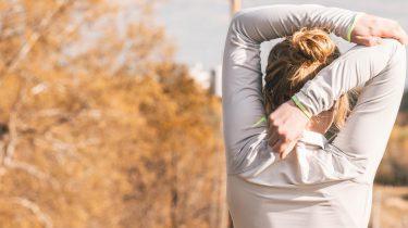 Vrouw in sportkleding die aan het rekken is, afvallen apps