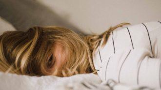 meisje die op bed ligt, middagdutje slapen regels