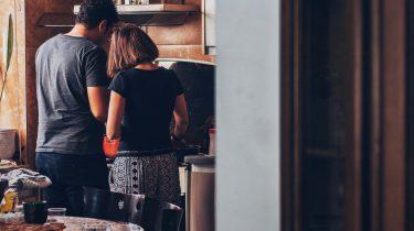 man en vrouw die in een keuken staan, samenwonen veranderingen relatie