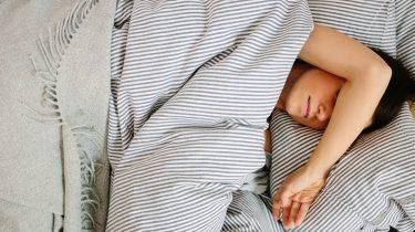 migraine hoofdpijn vrouw in bed