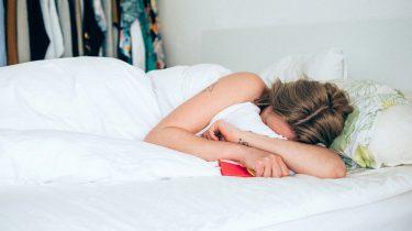 vrouw in bed migraine