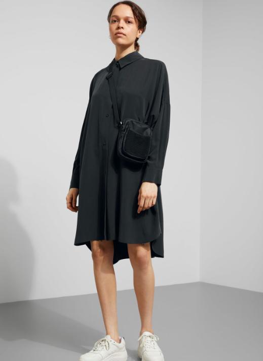 e79a9583ba30e5 Speel ook met de vorm van een simpel zwart jurkje. Het hoeft niet per se  een recht of strak model te zijn