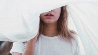 meisje voor wit laken, lust liefde verschil
