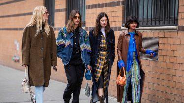 Groep vrouwen in de stad, designerjassen winter goedkoop