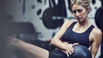 Woman training in gym afvallen buikvet tips