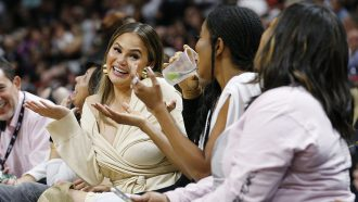 chrissy teigen schoot basketballer