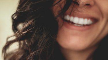 mond spoelen na tanden poetsen