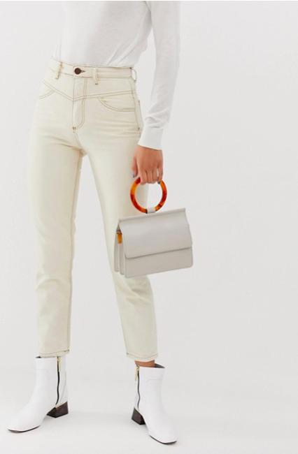witte spijkerbroek combineren