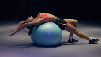 fitnessbal oefeningen buikspieren