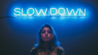 vrouw voor neon sign