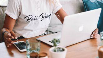 vrouw doet online cursus