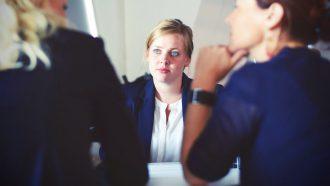 vrouw kijkt onzeker tijdens salarisonderhandeling