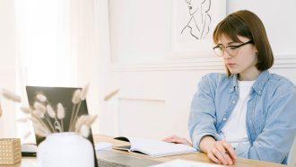 vrouw stelt batna op achter laptop