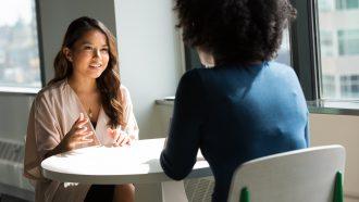 vrouw doet eerste bod bij salarisonderhandeling