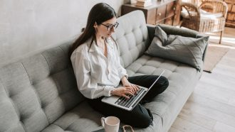 vrouw zit op laptop en zoekt klanten