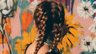 meisje met ingevlochten haren
