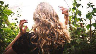 vrouw met gekrulde haren
